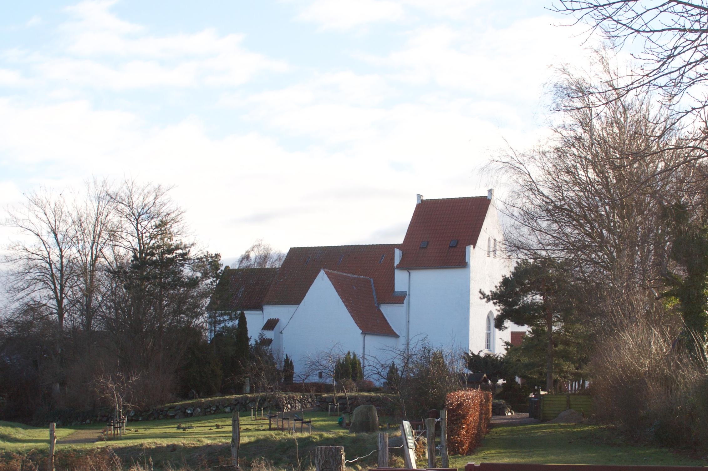 Kirken set fra nord, med sakristiet midtfor.