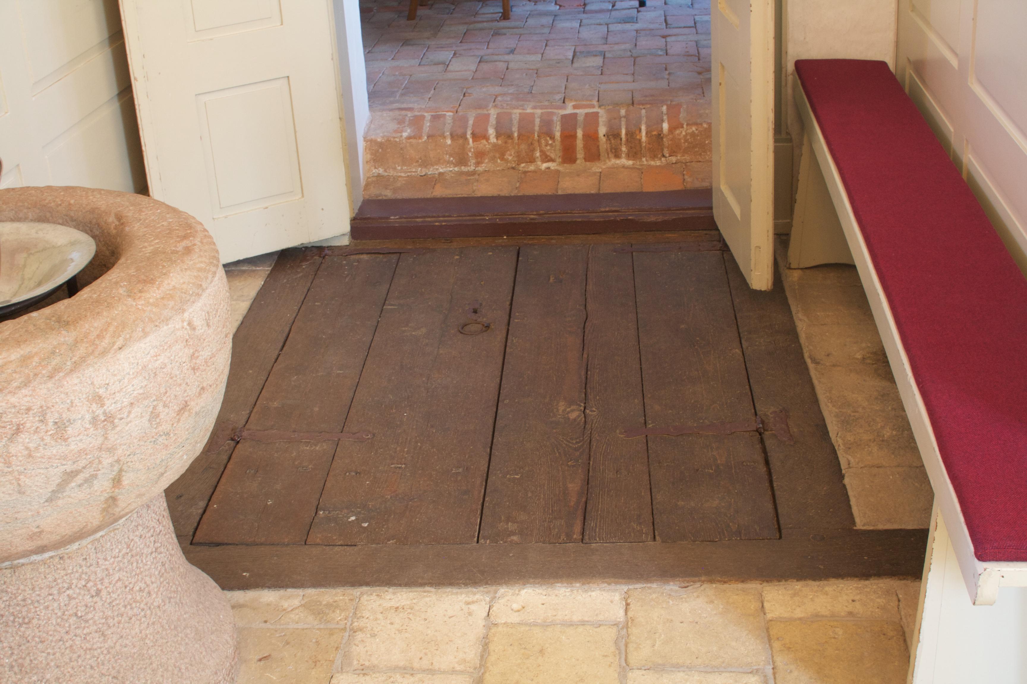 Foran indgang til sakristi er i gulvet en lem ned til krypten.