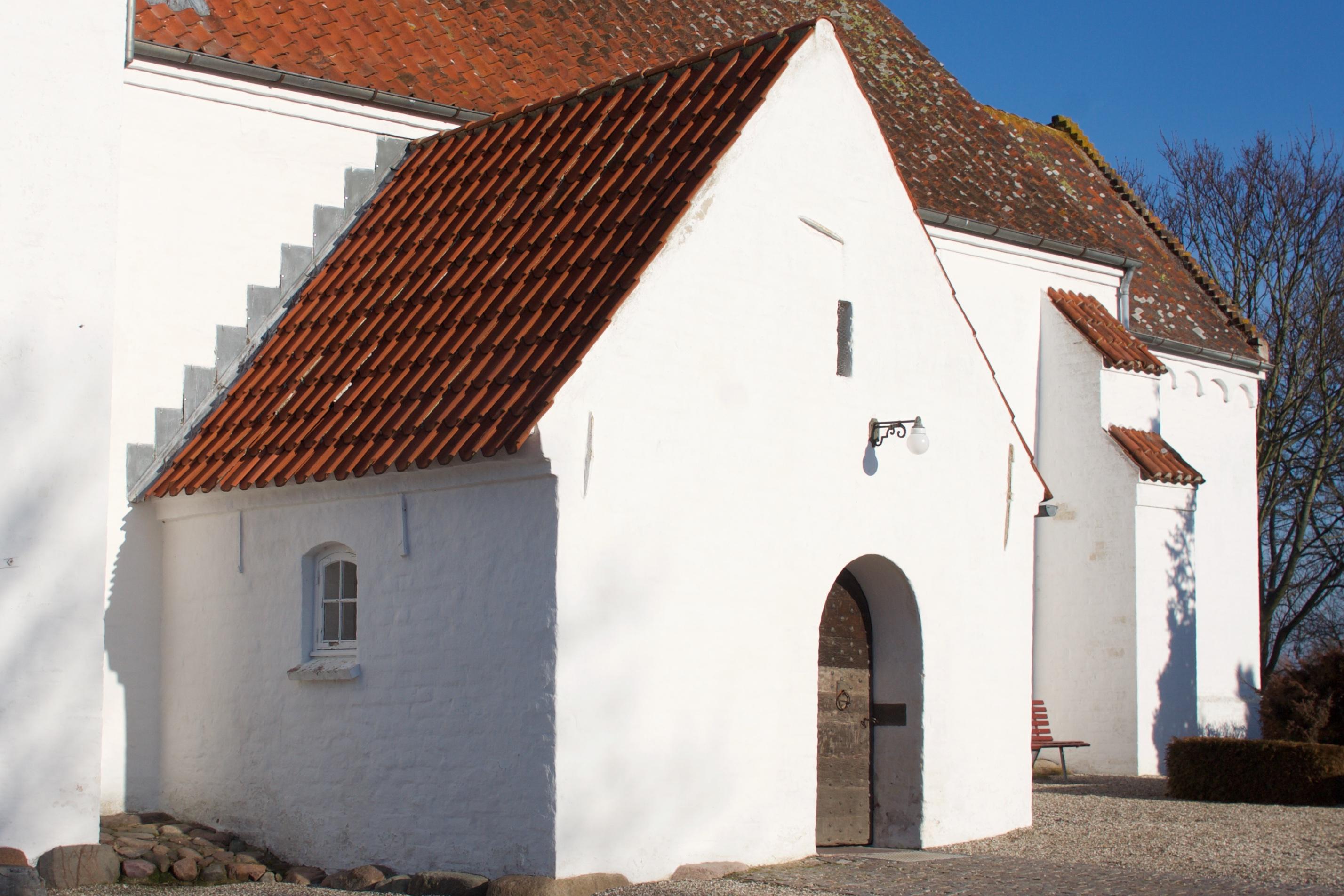 Våbenhuset med kirkens smukke indgangsdør.