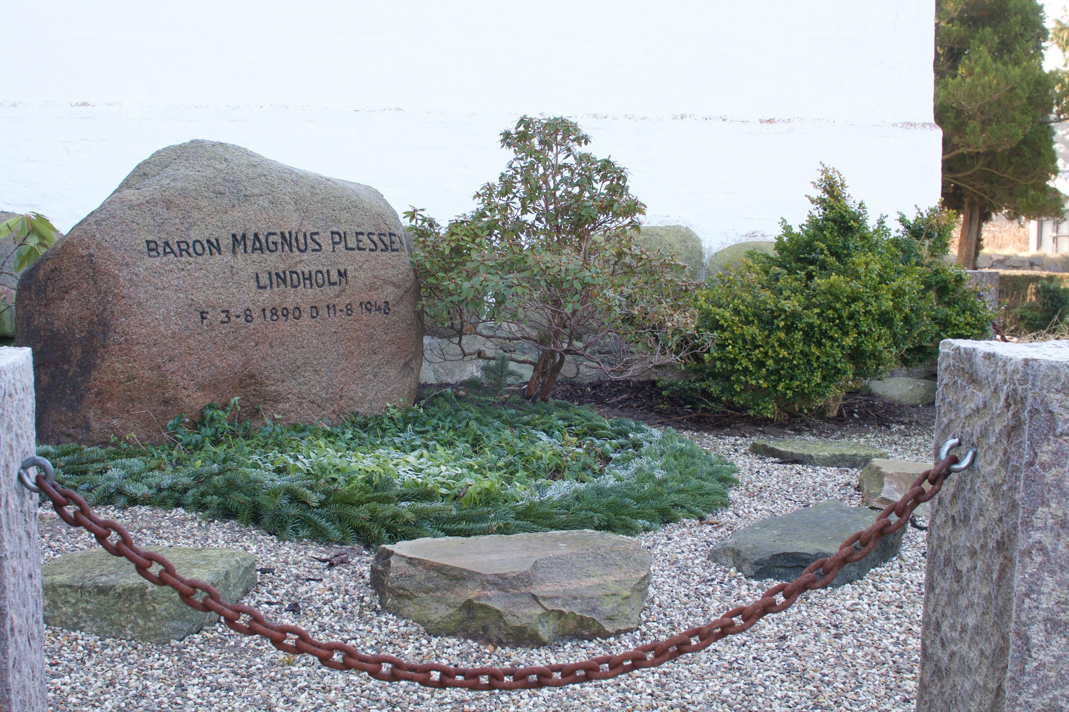 Baron Magnus Plessen's gravsted er tæt på kirken, i hjørnet mellem tårn og sakristi.