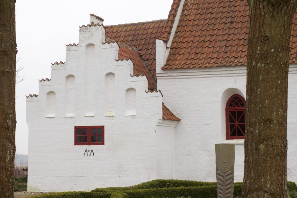 Sakristiets gavl har 9 trappekamme, og 5 fladbuede, høje blændinger. Det er gotisk byggestil.