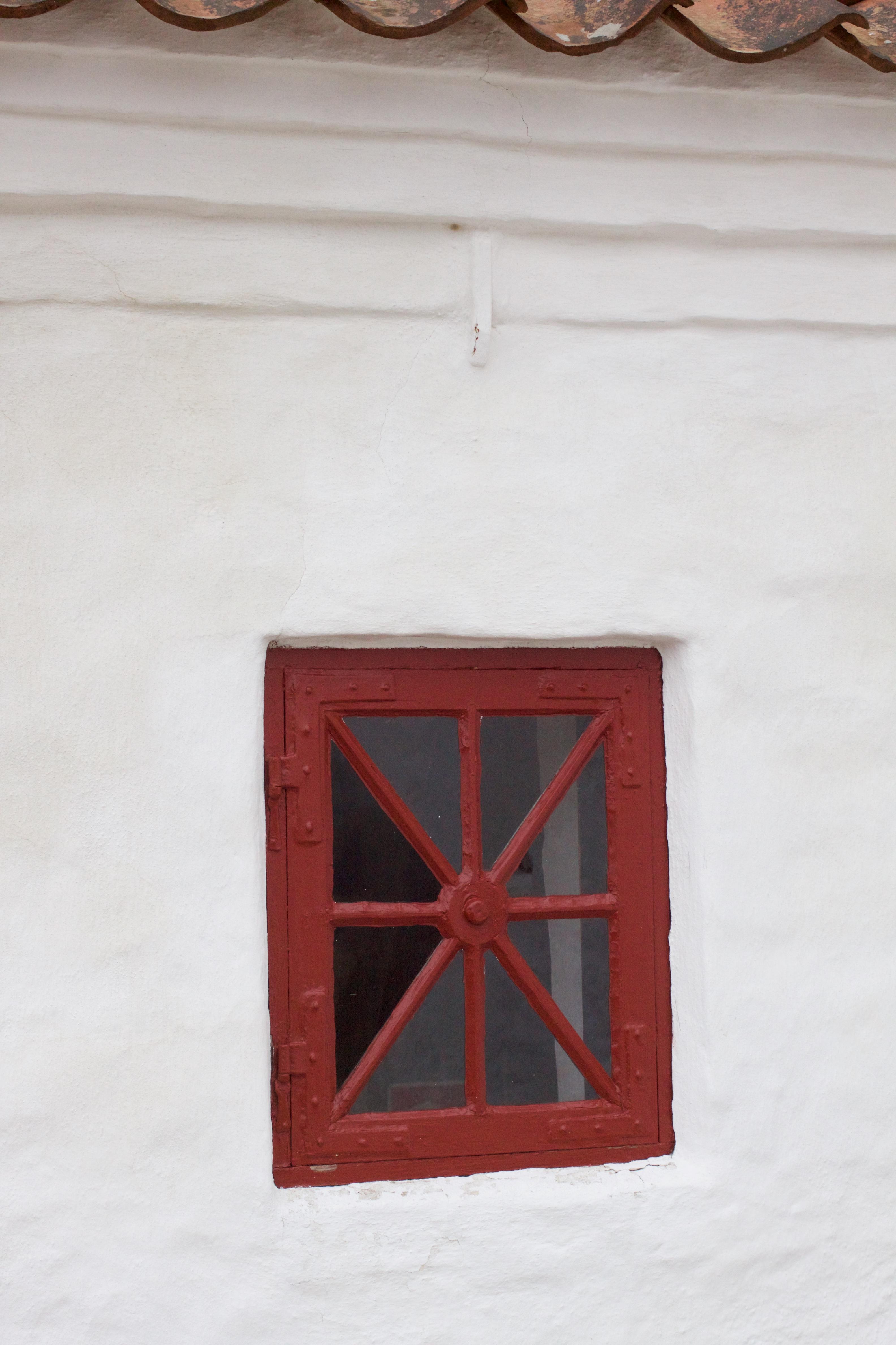 På våbenhusets nordvæg sidder dette skønne, lille vindue.