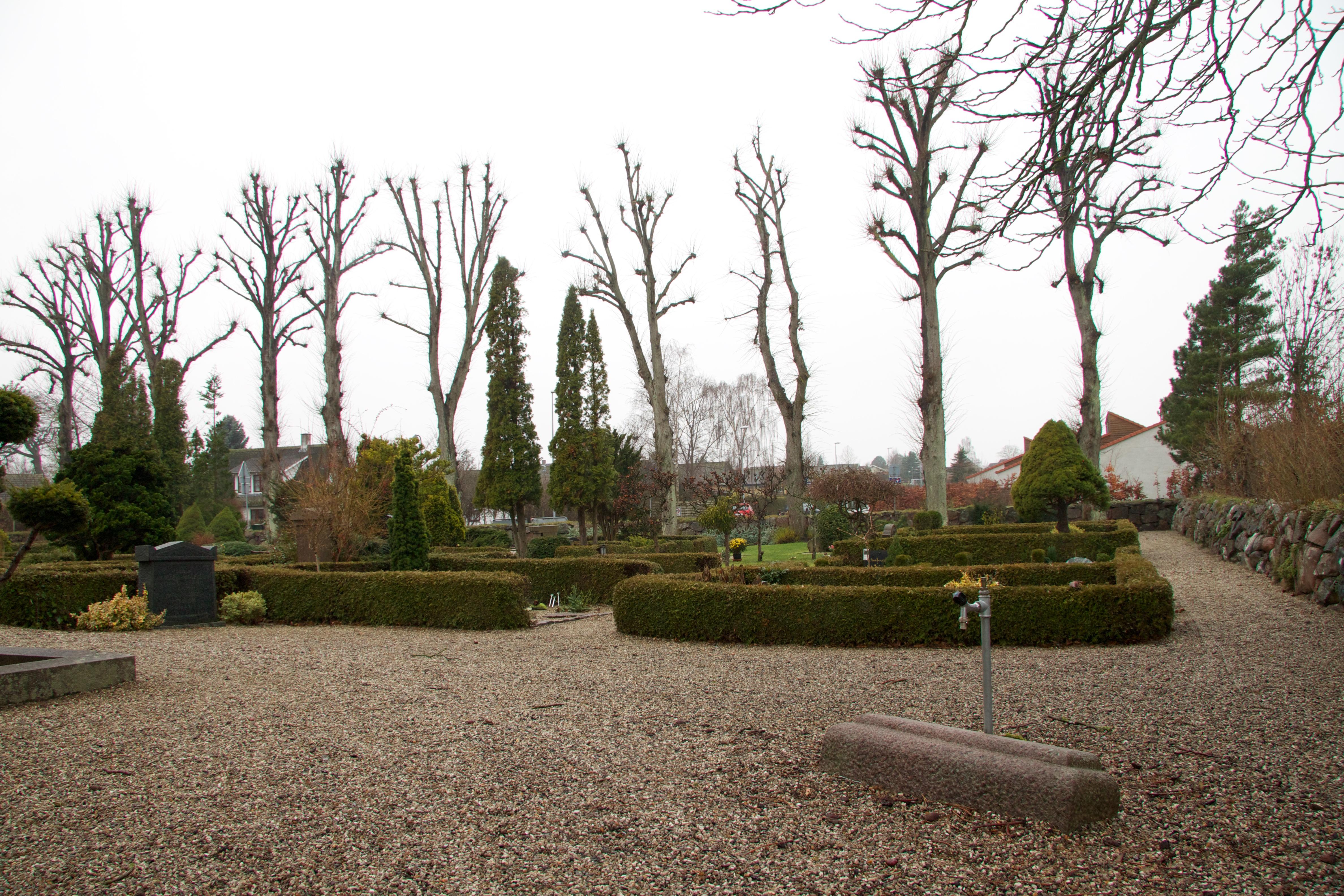 Kirkegården er på flere sider afgrænset af et smukt kløvestensdige og mod Gevninge Bygade suppleret af en række beskårne linde.