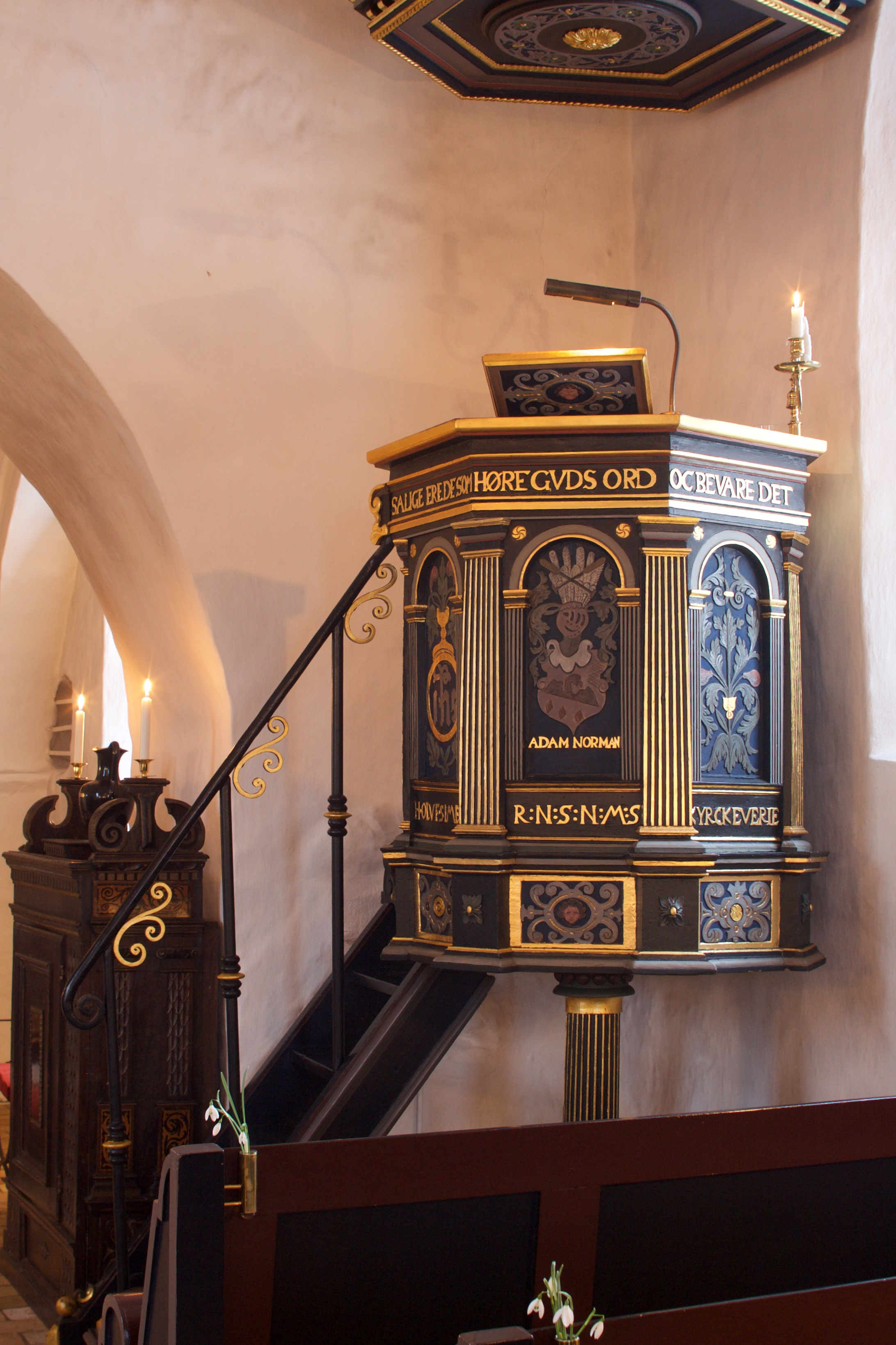 Prædikestolen med sin lydhimmel er rigt udsmykket.
