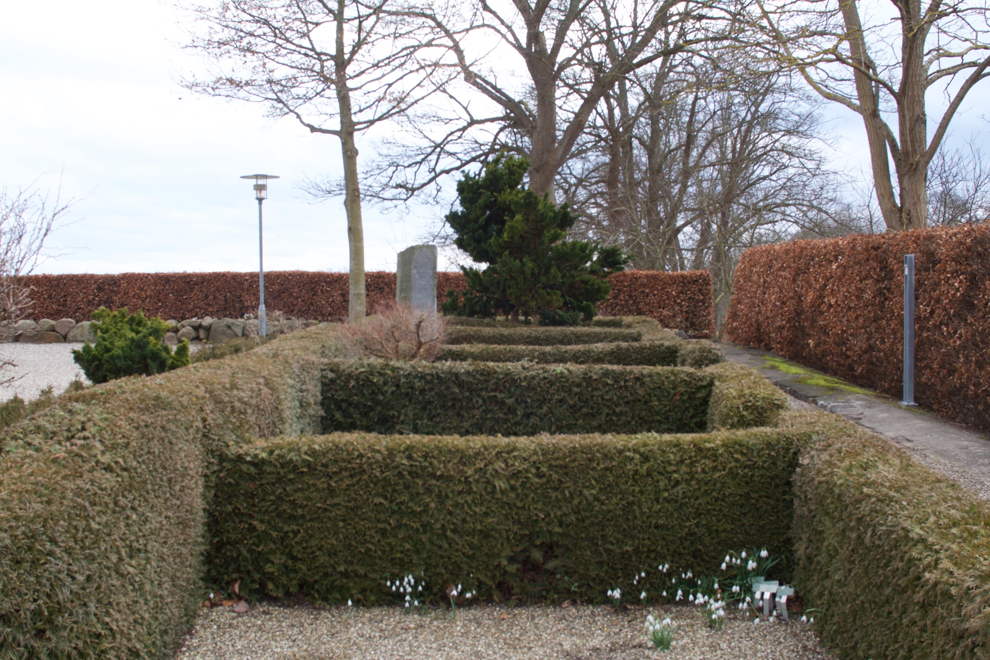 Traditionelle kirstegravsteder beliggende vest for kirken.